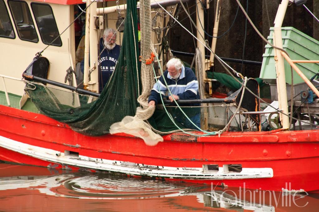 Fischkutter mit Besatzung im Büsumer Hafen